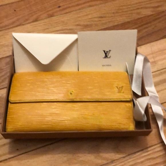 🎁 Authentic Louis Vuitton Epi wallet
